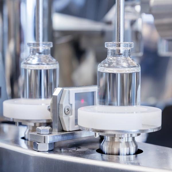 Líneas completas de lavado, despirogenación y llenado de viales a granel: Máquinas robotizadas de llenado aséptico Steriline 443-RVFCM50 distribuidas por Netsteril