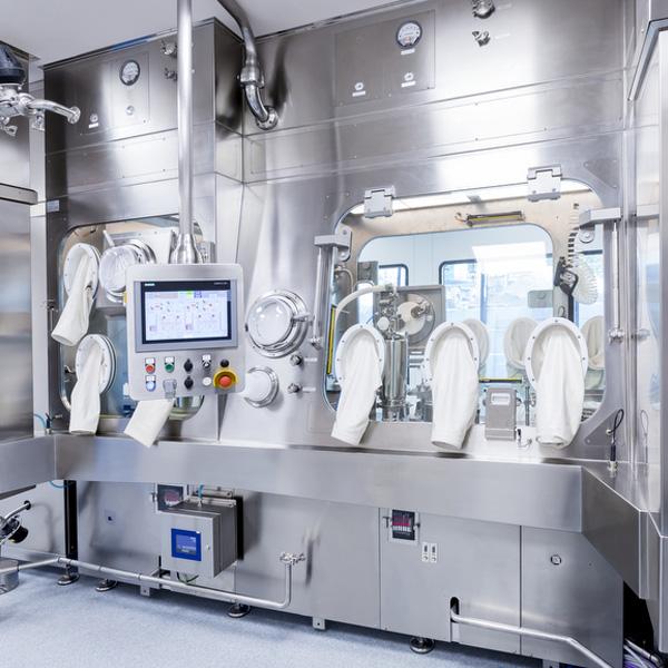 Líneas completas de lavado, despirogenación y llenado de viales a granel: Máquinas robotizadas de llenado aséptico Steriline-469-RVFCM50 distribuidas por Netsteril