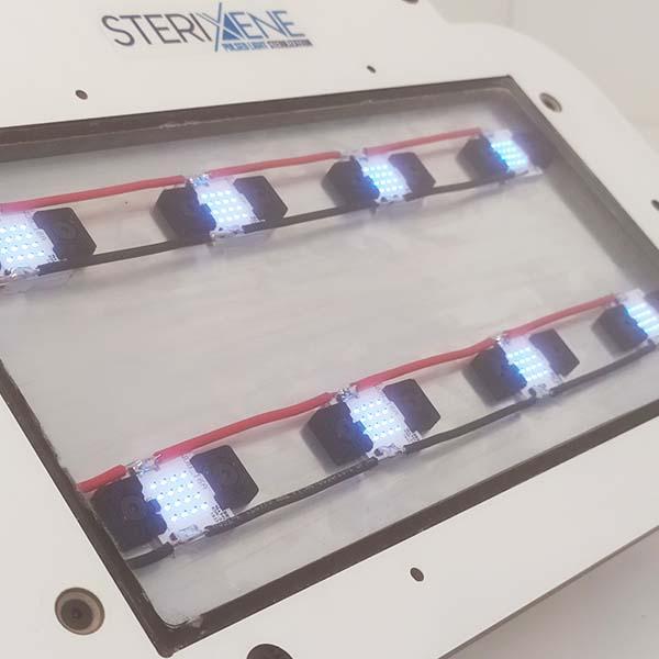 Primer plano de un panel de dos líneas de lámparas UV-LED de Sterixene para desinfección por luz ultravioleta