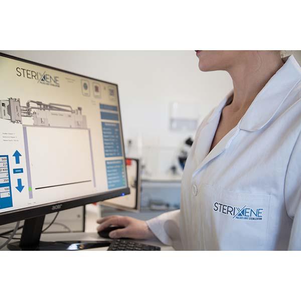 Primer pla d'un tècnic en el laboratori microbiològic de Sterixene